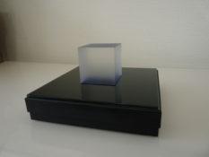 Cube en plexi cristal teinté de pigments bleus sur une boîte noire contenant les plans du voyage (16x16x3cm) avec CD, tirage papier et textes, 2016
