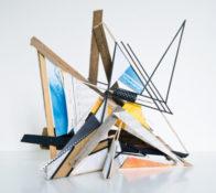 Assemblage de bois, carton, papier, bombe aérosol et sérigraphie sous plexi, 65 x 65 x 65 cm, 2016
